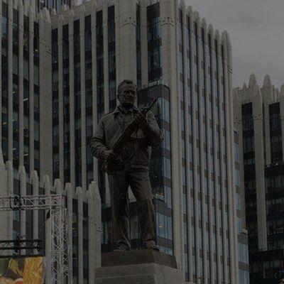 С памятника Калашникову убрали изображение чертежа немецкой винтовки