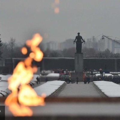 Венки возложили к мемориалу на Пискаревском кладбище в годовщину освобождения Ленинграда от блокады
