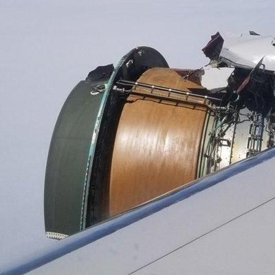 Двигатель Boeing 777 развалился во время полета над Тихим океаном