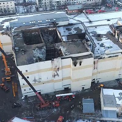 В Кемерове снесли сгоревшее здание Торгового центра