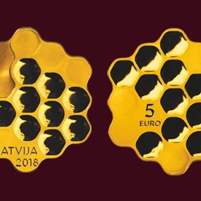 Банк Латвии выпустил в обращение «Медовую монету»