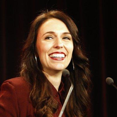 Премьер-министр Новой Зеландии появилась перед репортерами спустя три дня после родов
