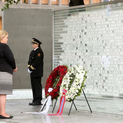 Памятник жертвам двойного теракта, устроенного Андерсом Брейвиком в Норвегии 7 лет назад, открыли в Осло