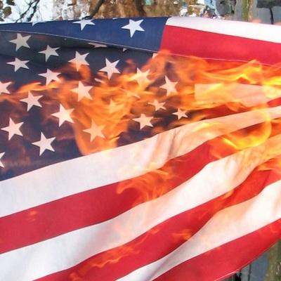 Участники протестов в Гаити сожгли американский флаг