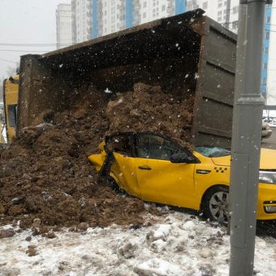 Грузовик с песком перевернулся на Минском шоссе в Подмосковье