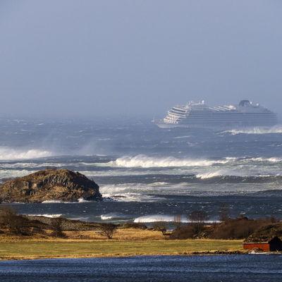 С норвежского парома эвакуировали уже почти 400 человек
