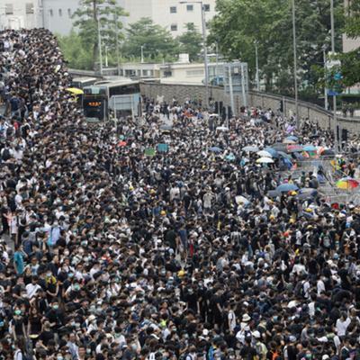 Протестующие в Гонконге отклонились от согласованного маршрута
