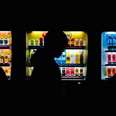 Более 50 человек отравились едой из вендинговых автоматов в Москве