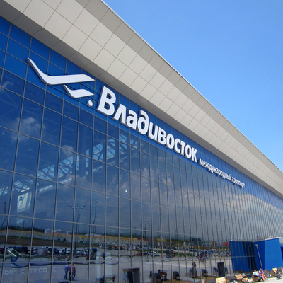 Около 100 детей прибыли во Владивосток из Москвы после 12-часовой задержки рейса