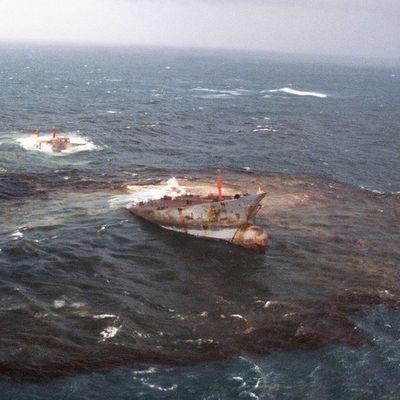 Утечки топлива из поврежденного взрывом танкера в Азовском море нет