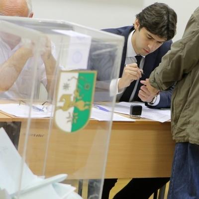 Явка избирателей на выборах президента Абхазии к полудню составила почти 20%