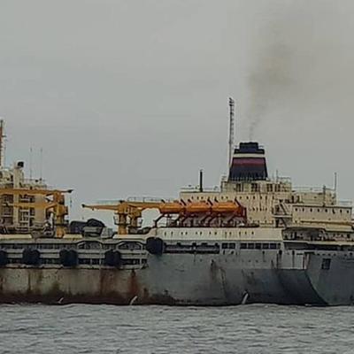 Экипаж плавбазы «Петр Житников», горящей у берегов Курил, запустил двигатель
