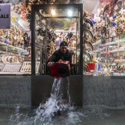 Туристы в Венеции спасаются от наводнения на верхних этажах гостиниц