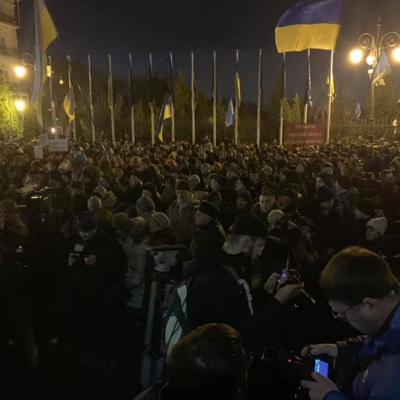 Около 800 человек принимают участие в митинге у офиса президента Украины