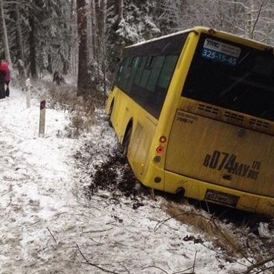В Свердловской области пассажирский автобус вылетел на трассе в кювет