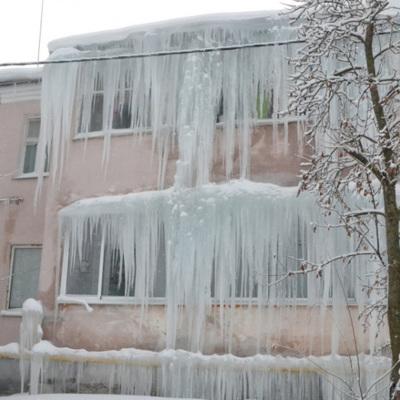 В Мурманской области наледь с крыши сошла на двух школьниц