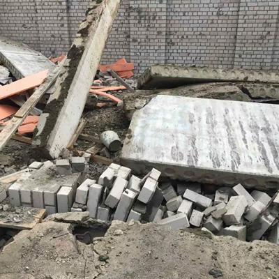 Спасатели разбирают завалы обрушившегося ТЦ под Кировом