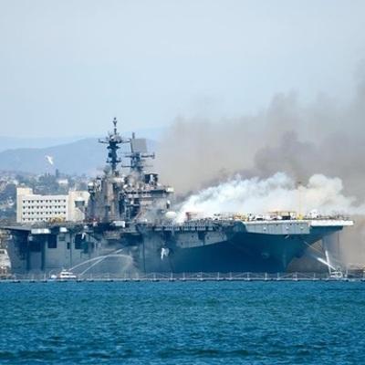 В порту Сан-Диего почти сутки горит американский военный корабль