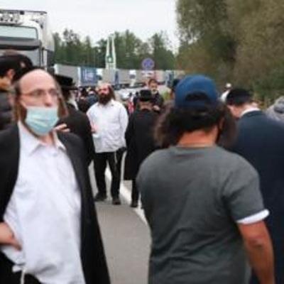 Большая группа из 570 паломников-хасидов покидает границу Белоруссии и Украины