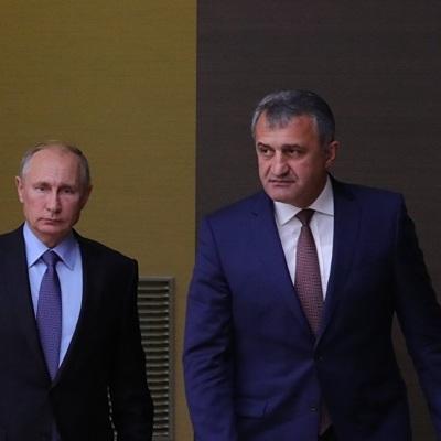 Путин поздравил югоосетинского коллегу с национальным праздником