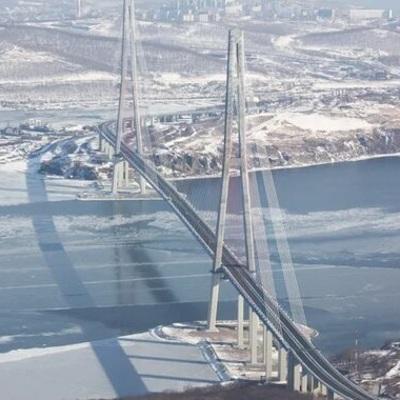 Альпинисты МЧС уже очистили ото льда 128 вант моста на остров Русский