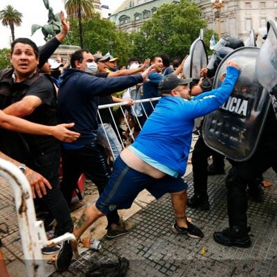 В центре Буэнос-Айреса произошли столкновения между полицией и фанатами Марадоны