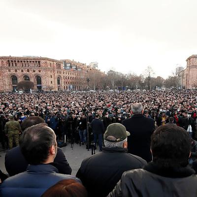 Несколько тысяч сторонников оппозиции направляются к резиденции президента Армении