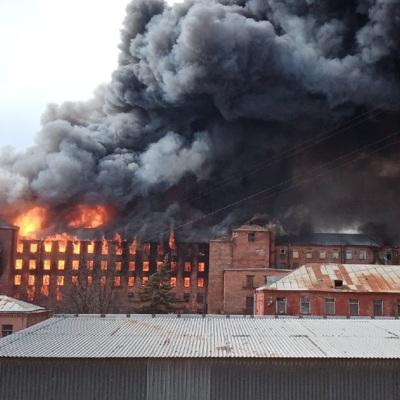 В Петербурге тлеют завалы сгоревшей