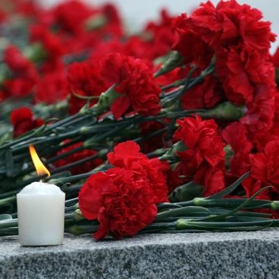 Москвичи несут цветы и игрушки к представительству Татарстана