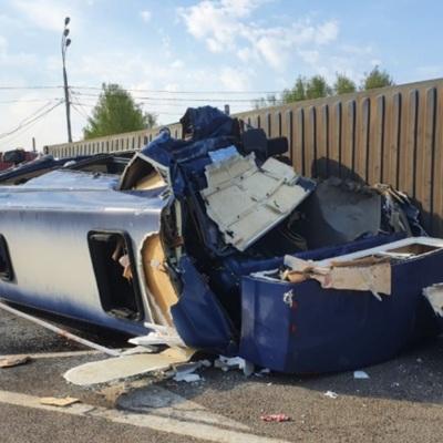Под Смоленском 13 человек пострадали в ДТП с грузовиком и микроавтобусом