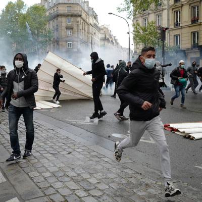 Полиция в Париже применила резиновые пули против демонстрантов
