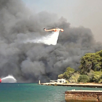 Сильные пожары из-за рекордно жаркой погоды бушуют в Греции