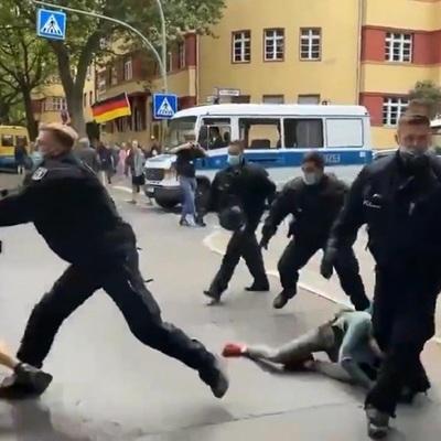 Полиция Берлина провела 500 задержаний на незаконных акциях ковид-диссидентов