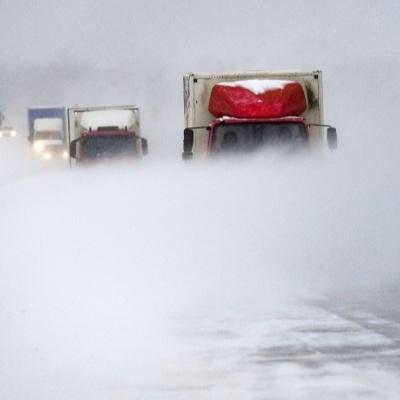 Колонна грузовиков, застрявшая на дороге на Чукотке, понемногу движется
