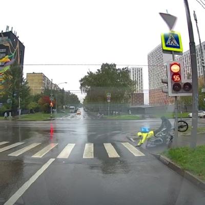 Курьер на велосипеде сбил коляску с годовалым ребенком на юге Москвы