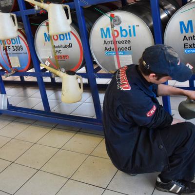 В Подмосковье нашли крупное производство поддельного моторного масла