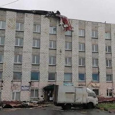 Появились кадры фатального падения крыши на Сахалине