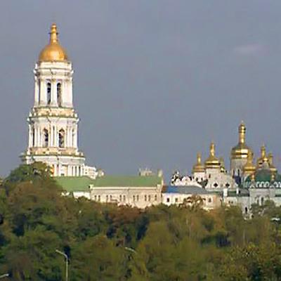 Жители Киева и гости украинской столицы приходят посмотреть на акцию протеста у Верховной рады