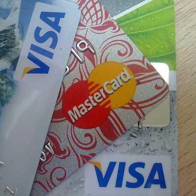 Банки стали выдавать россиянам больше кредитных карт