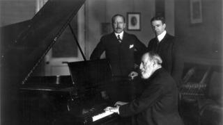 Камиль Сен-Санс за роялем.  Фото 1916 года  /ru.wikipedia.org/