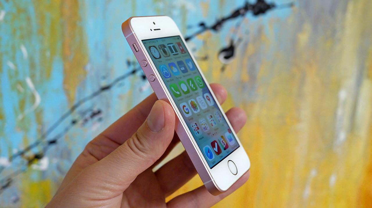 Apple распродает остатки iPhone SE по смешным ценам