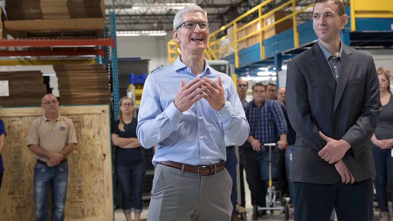 Интернет встревожен: руководитель Apple носит вкармане iPhone 8