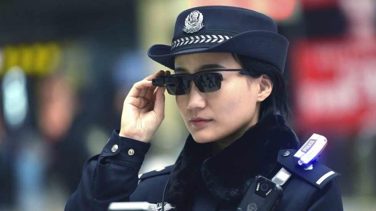 Китайских полицейских вооружили смарт-очками, распознающими преступников