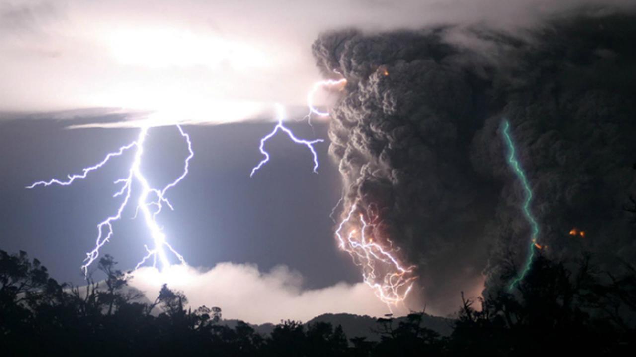 Учёные раскрыли секрет зелёных молний, сопровождающих извержение вулкана