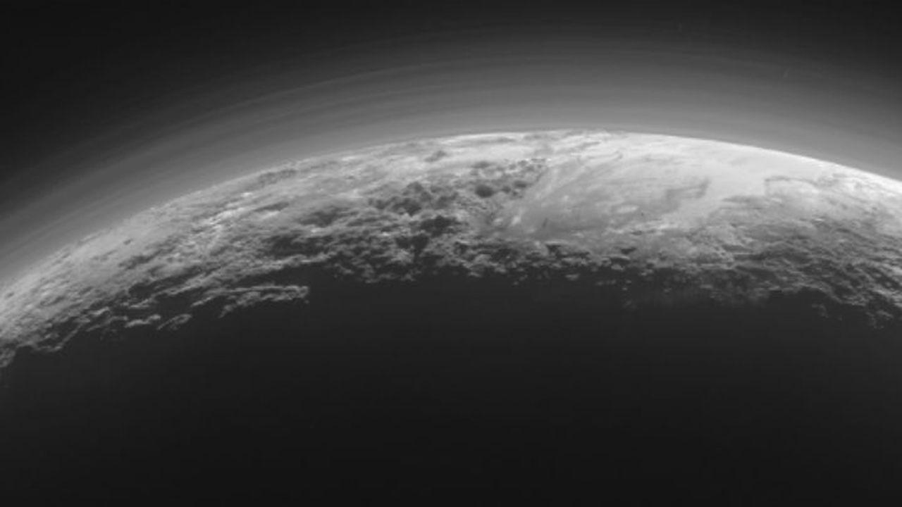 Зонд New Horizons прислал снимки туманной поверхности Плутона