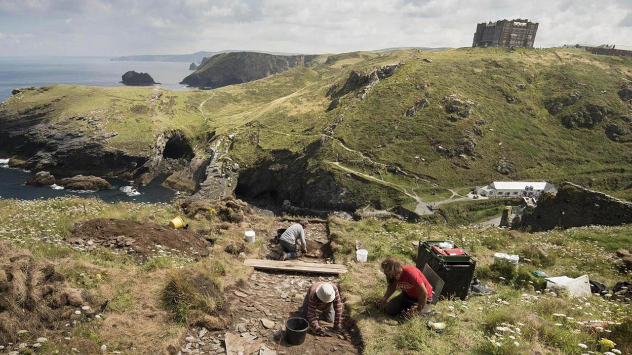 Место рождения короля Артура опять раскопали: археологи исследуют замок Тинтагель