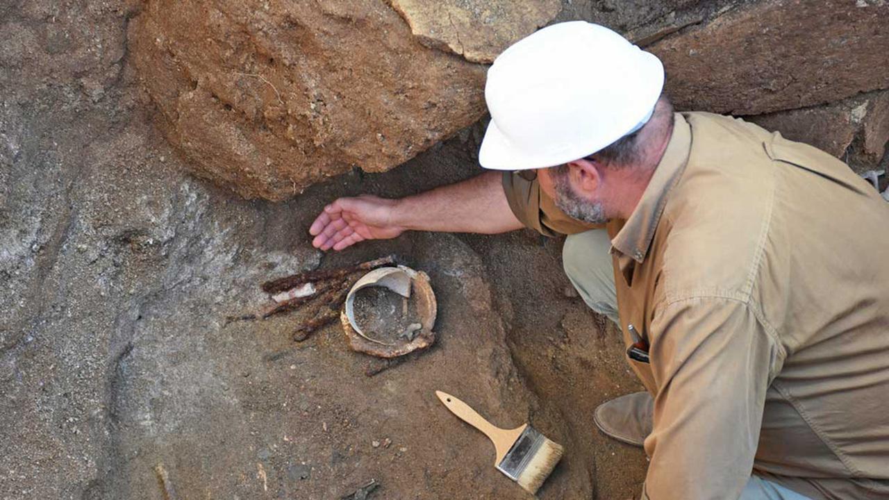 Копье и бритва: в Вульчи нашли могилу знатного этруска