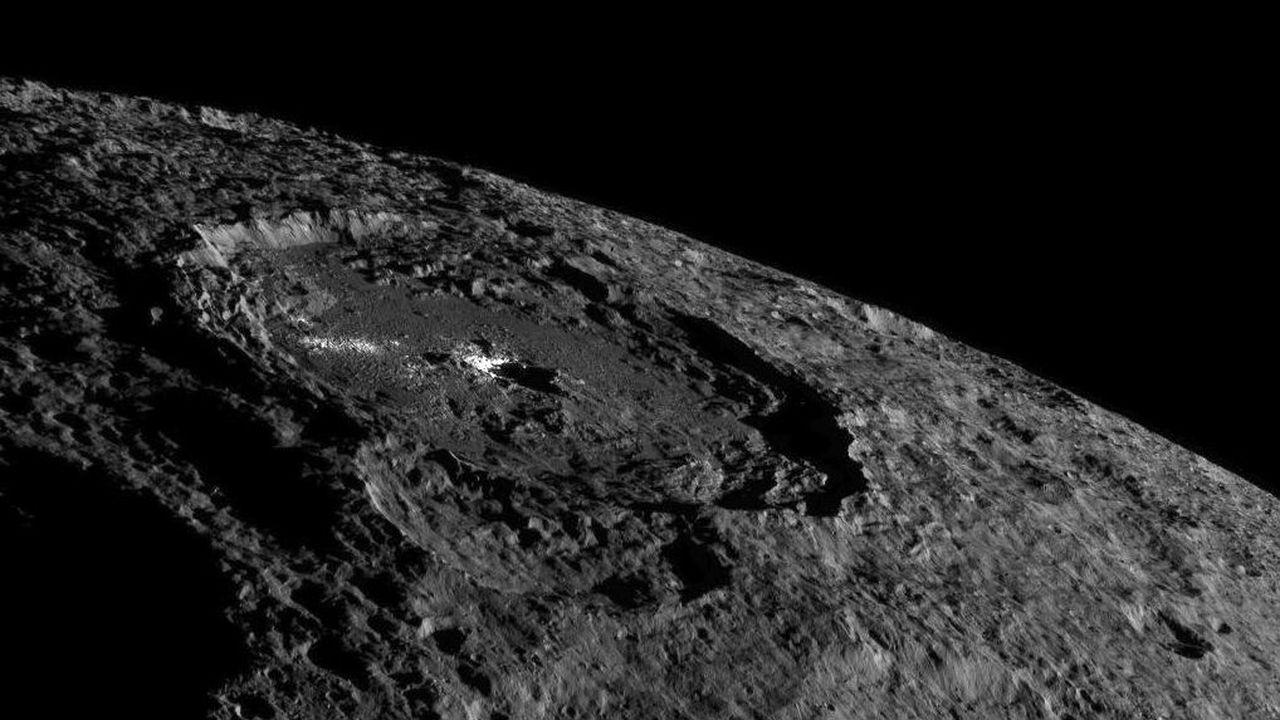 Аппарат Dawn перебрался на новую высоту и прислал новые снимки загадочного кратера Цереры