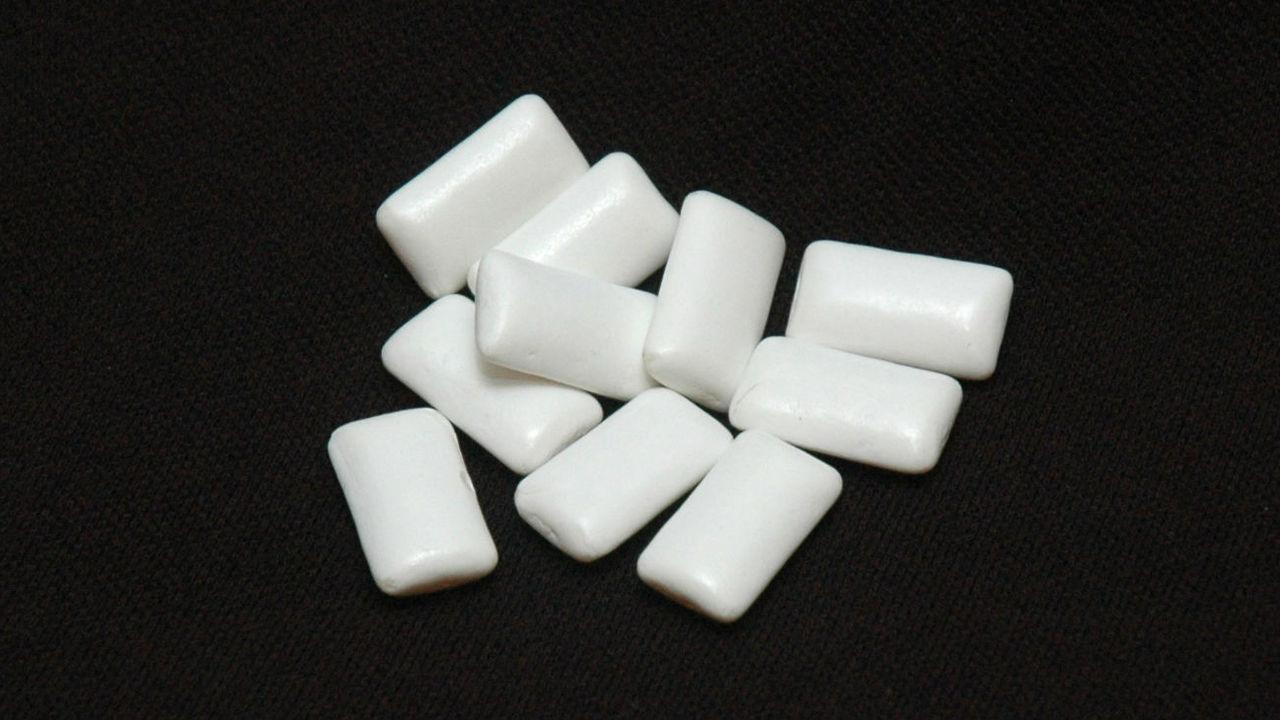 Жевательная резинка и сахарная пудра могут замедлять работу кишечника