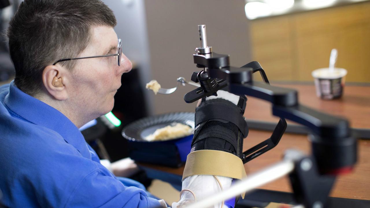 Нейропротез впервые вернул парализованному пациенту способность к движениям